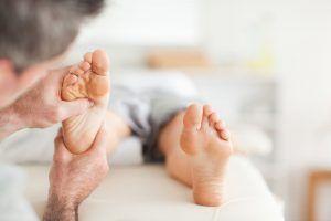 Die Fußreflexzonenmassage ist eine spezielle Art der Reflexzonenmassage