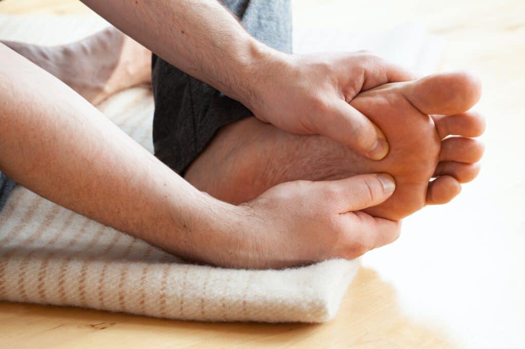Wie man eine Selbstmassage oder Fußreflexzonenmassage durchführt
