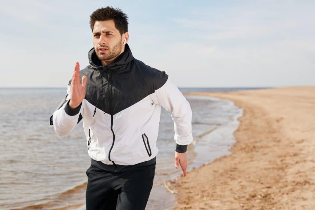 Joggen am Ostseestrand im Urlaub für ein gesundes Leben ohne Knieprobleme