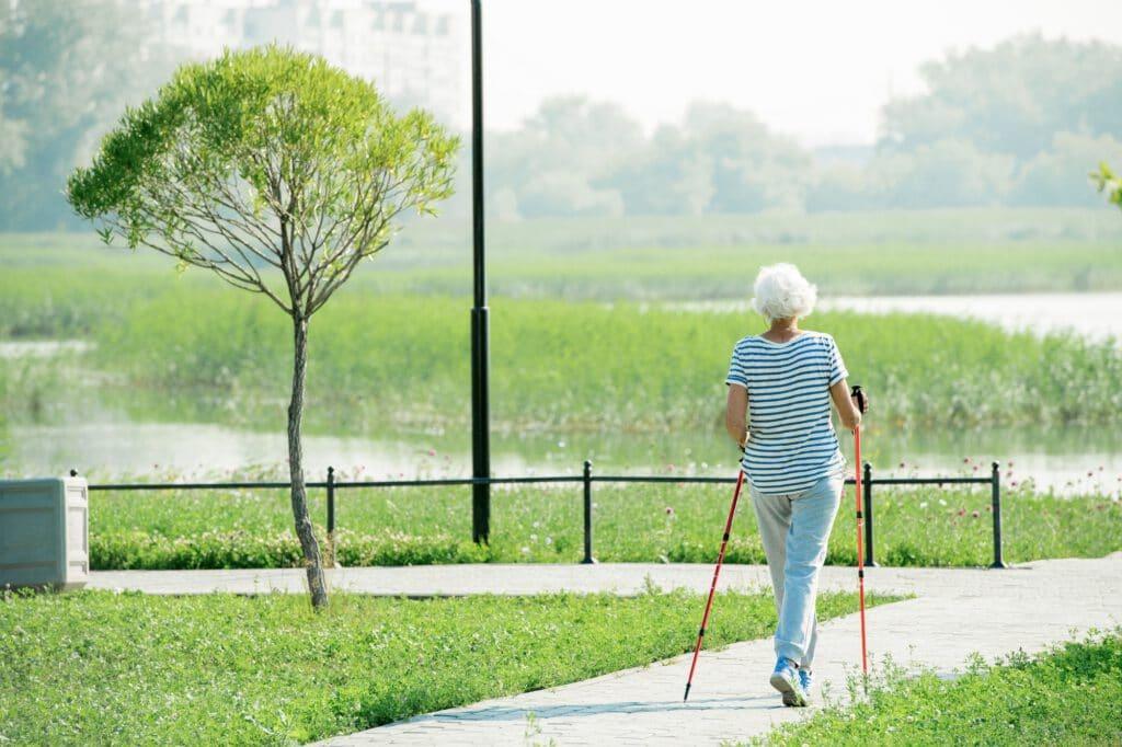 Bei Knieproblemen ist Nordic Walking eventuell besser
