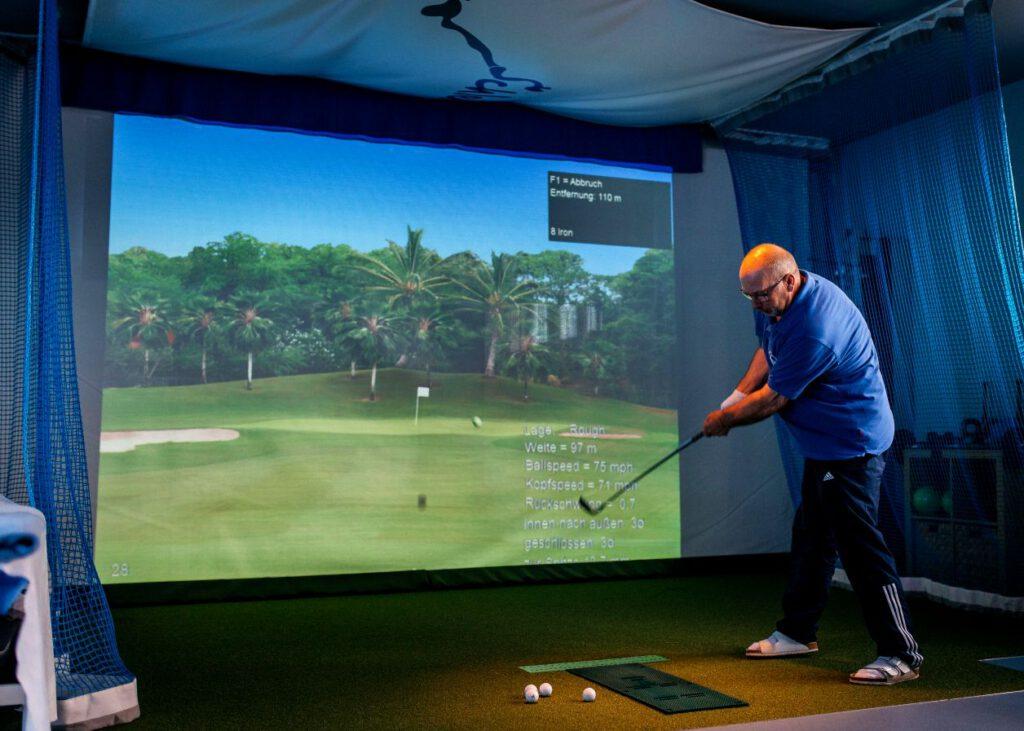 Golftraining im Winter am Golf-Simulator