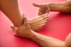 Osteotherapeut behandelt einen Ballenzeh (hallux valgus) Zuhause