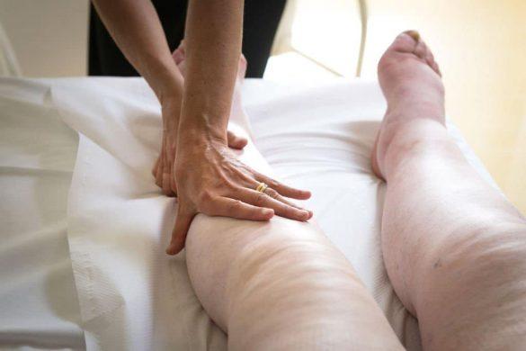 Die Lymphdrainage lindert Schmerzen und steigert die Mobilität.